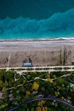 Route, arbres et mer. Parc vert en bord de mer avec une eau turquoise et la plage. vue de haut en ba sur Michael Semenov