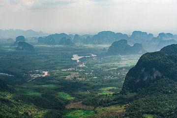 Spitse bergen in Thailand van Bart Rondeel