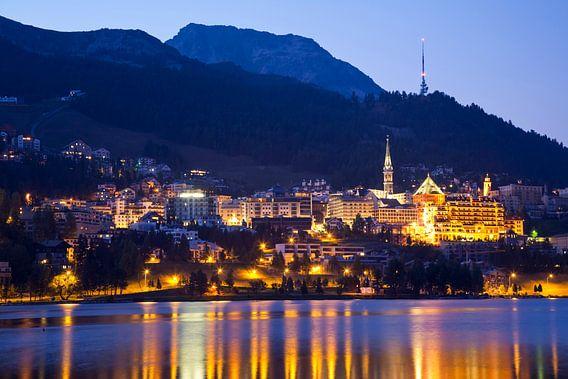 St. Moritz in Zwitserland in de avonduren