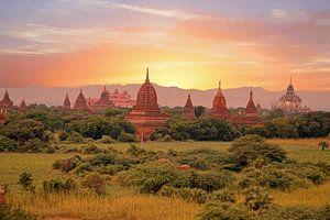 Eeuwenuoude pagodes in het landschap bij Bagan in Myanmar Azie bij zonsondergang van