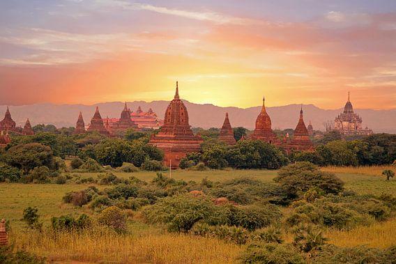 Eeuwenuoude pagodes in het landschap bij Bagan in Myanmar Azie bij zonsondergang