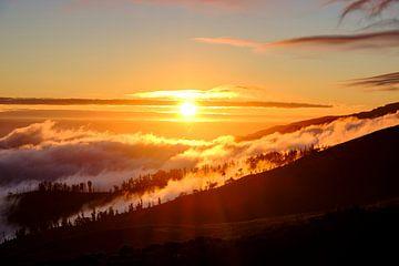 Wolken boven de bergen bij Rabaçal op het eiland Madeira tijdens zonsondergang van Sjoerd van der Wal