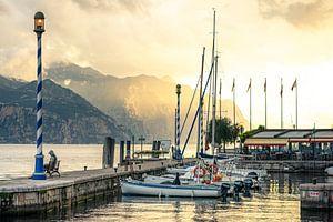Castelletto, Gardameer, Italie | De haven en zeilboten in de ochtendzon met bergen op de achtergrond van Hessel de Jong
