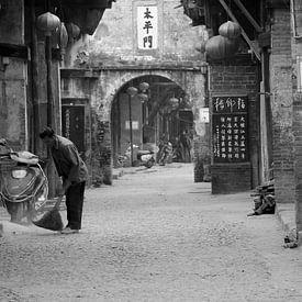 Straatbeeld rustiek China van Inge Hogenbijl