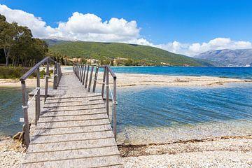 Houten brug voor voetgangers aan kust in Kefalonia Griekenland van Ben Schonewille