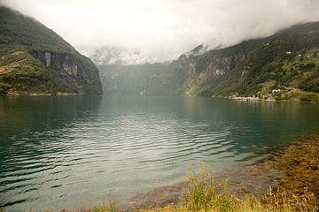 Türkisblauer See, der Sognefjord im Herbst von Karijn Seldam