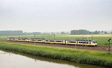 Nederlandse trein in een typisch Hollands polderlandschap van