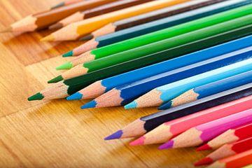 Buntstifte auf einem Holztisch von Henny Hagenaars