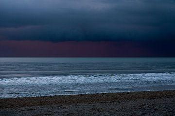 Bijzondere kleuren in de lucht boven de Noordzee in Zeeland Nederland van Rik Pijnenburg