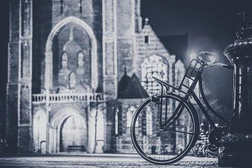 Geparkeerde fiets bij de Nieuwe Kerk in Delft van Heleen van de Ven