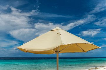 Curacao, parasol op strand sur Keesnan Dogger Fotografie