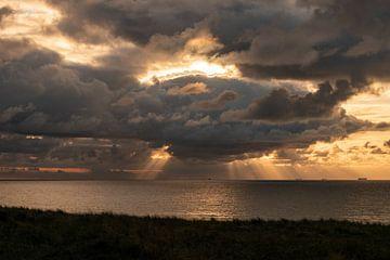 goddelijk licht , strand van Wijk aan zee van Aldo Sanso