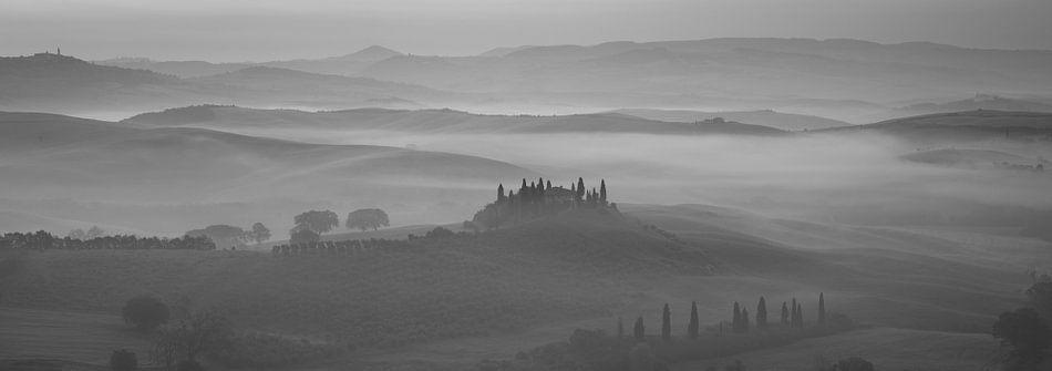 Monochrome Tuscany in 6x17 format, Podere Belvedere in ochtendmist van Teun Ruijters