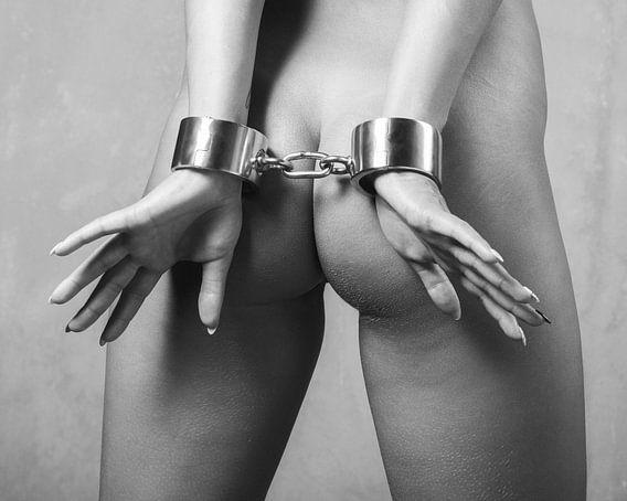 Nackte Frau mit schweren Stahlhandschellen gefesselt. #C9008