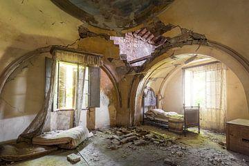 verlassenes Schlafzimmer mit Malerei von Kristof Ven