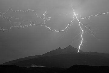 Gewitter in den Alpen in Schwarz-Weiss von Hidde Hageman