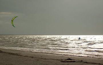 Kitesurfer in de zon op zee. van Richard Zeinstra