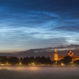 Leuchtende Nachtwolken über der Sint Janskathedraal in Den Bosch von Paul Begijn