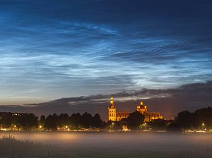 Lichtende nachtwolken boven de Sint Janskathedraal in Den Bosch van Paul Begijn
