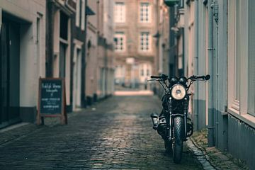 stille steeg met motorfiets van Bert-Jan de Wagenaar