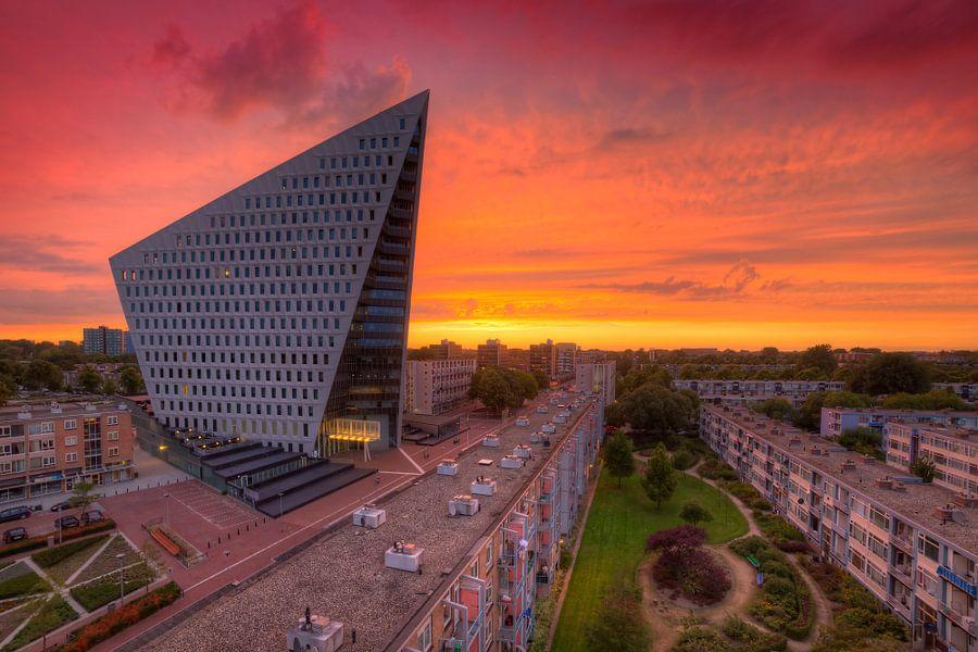 Wolkenkrabber Den Haag tijdens zonsondergang van Rob Kints