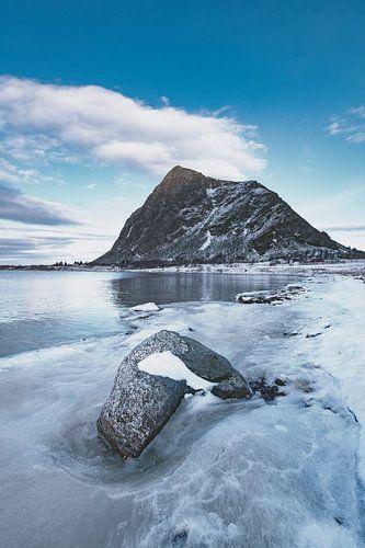 Hoven berg op het eiland Gimsøya in de Lofoten in de winter in Noord-Noorwegen.