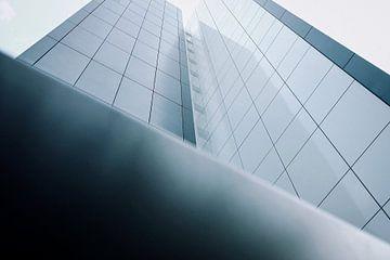 Blickwinkel eines Hochhauses von unten von David Heyer