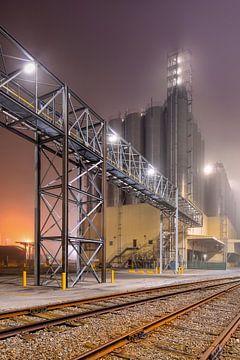 Mistige nacht scène met petrochemische productie-installatie van Tony Vingerhoets
