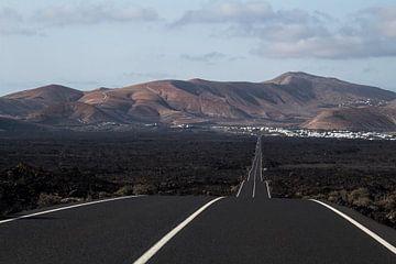 Hobbelige weg van Timanfaya naar Yaiza van Daan Duvillier