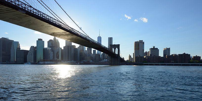 Brooklyn Bridge in New York over de East River voor zonsondergang, panorama van Merijn van der Vliet