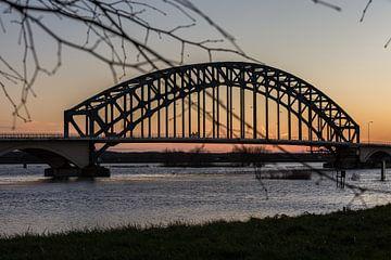 Ijsselbrug bij Zwolle met hoog water en zonsondergang van Evelien Stijf