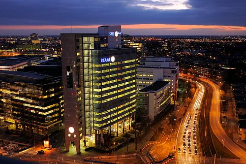 Het kantoor van SNS REAAL in Utrecht op de hoek Croeselaan / Graadt van Roggenweg von Donker Utrecht