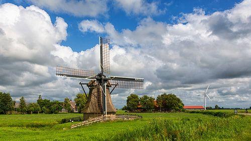 Poldermolen in een Hollands landschap