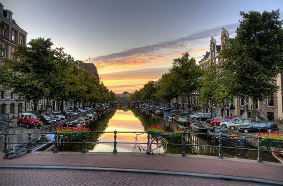 Eenzame fiets op een gracht in Amsterdam van Dennis van de Water