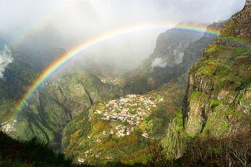 Regenboog boven Curral das Freiras, Madeira van