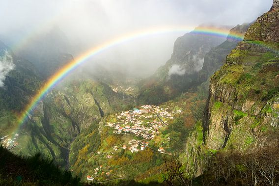 Regenboog boven Curral das Freiras, Madeira van  Michel van Kooten