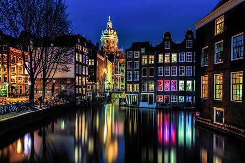 Avondopname Oudezijdsvoorburgwal in Amsterdam