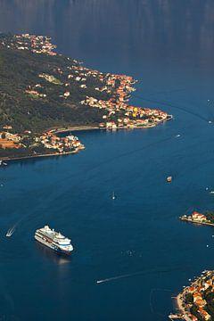 Een prachtig cruiseschip in de blauwe zeebaai ver beneden. Warme tinten van foto's gestileerd als ou van Michael Semenov