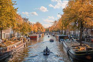Sommerlicher Tag durch die Grachten von Amsterdam.