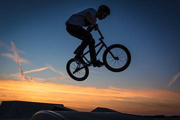 Cross fietser in de lucht von Marco van den Arend