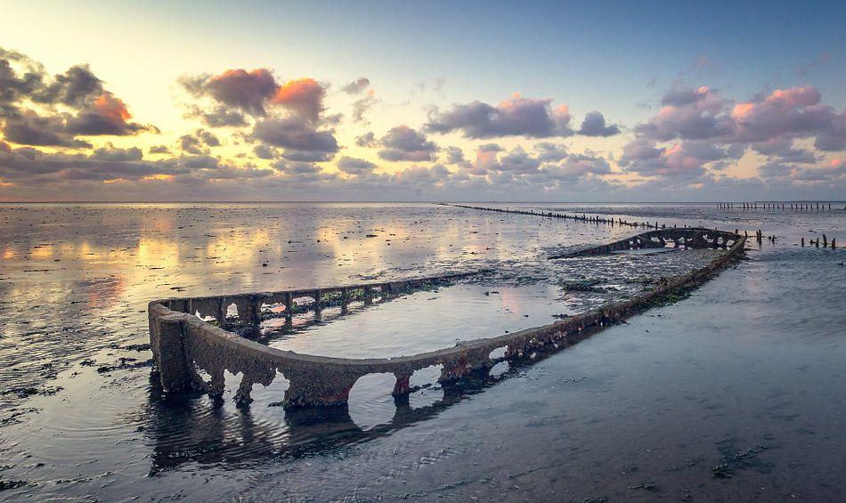 Bootwrak bij Wierum Waddenzee van Martijn van Dellen