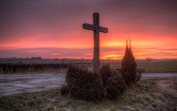 Zonsopkomst boven wegkruis in Zuid-Limburg van John Kreukniet