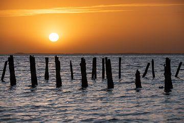 Zonsondergang bij de zeewering van Wierum van Gerry van Roosmalen