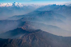 Ochtendmist boven de Himalaya, tussen Tibet en Nepal