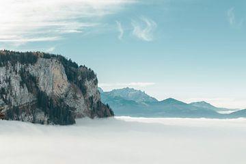 Berg met kleurrijk naaldbos boven de wolken in Dornbirn, Oostenrijk van Besa Art