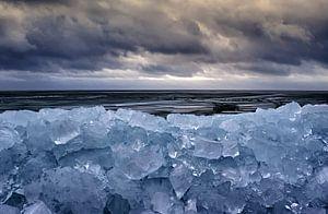 Bergen met ijsblokken en dramatische luchten. van foto-fantasie foto-fantasie