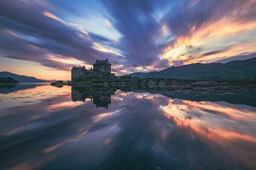 Schottland Eilean Donan Castle mit Spiegelung im Loch Duich von Jean Claude Castor