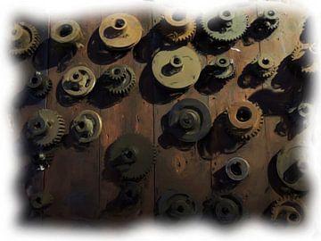 Industrieel tandwielen op houten wand van Maurice Dawson