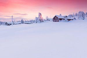 Ondegesneeuwde blokhutten in Noorwegen tijdens zonsondergang van Rob Kints