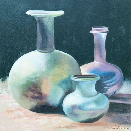Stilleven van antieke karaffen en vaas in geïriseerde kleuren